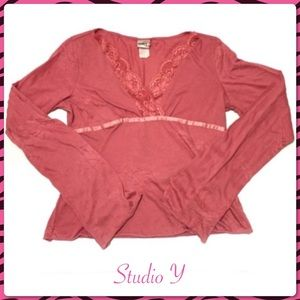 Studio Y Coral/Pink V-neck Top with Lace Trim Sm